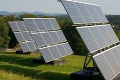 3 panneaux solaires sur le pré Image stock