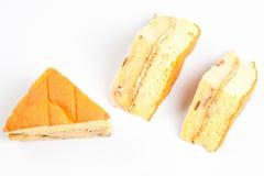 3 partes de bolo amarelo em um fundo branco Foto de Stock