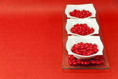 3 pratos com doces vermelhos Imagem de Stock