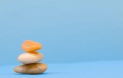 3 roches de zen dans le bleu Photos libres de droits