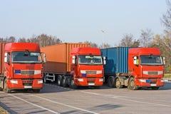 3 Semi caminhões na doca de carregamento do armazém fotografia de stock