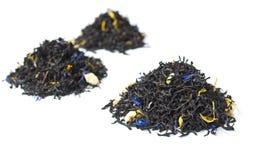 3 stapels van zwarte thee die op wit wordt geïsoleerdz Stock Afbeeldingen