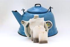 3 tallas de la bolsita de té por la tetera forman el sostenedor y la tetera Fotos de archivo