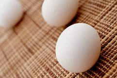 3 uova su un placemat di bambù Immagini Stock