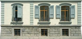 3 vecchie finestre con gli otturatori Fotografie Stock Libere da Diritti
