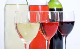 3 Weinflaschen und -gläser Lizenzfreies Stockfoto