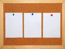 3 Witboek dat op Corkboard wordt gespeld Stock Afbeeldingen