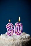 蛋糕:与蜡烛的生日蛋糕为第30个生日 免版税库存照片