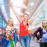 30 50 gammala shoppingkvinnaår Royaltyfri Bild