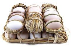 30 uova hanno imballato in paglia Fotografia Stock