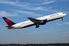 300 767 air boeing deltaer linjer Royaltyfri Bild
