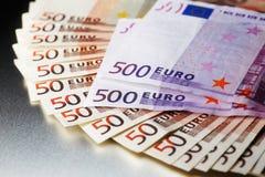 3000在一个发光的金属董事会的欧元 免版税库存照片