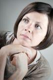 30s signora sveglia Looking fuori dalla macchina fotografica Fotografia Stock Libera da Diritti