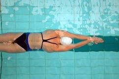 32启动游泳 库存图片
