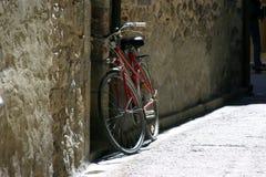 自行车准备好等待 库存照片