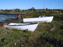 荡桨岸的小船 免版税库存图片