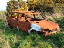 被放弃的汽车生锈的击毁 免版税库存图片