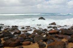 35 волн скалы разбивая Стоковое Изображение RF