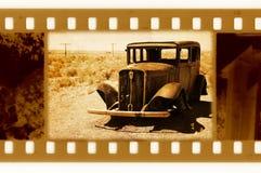 35m m viejos enmarcan la foto con el coche retro de los E.E.U.U. Imagen de archivo