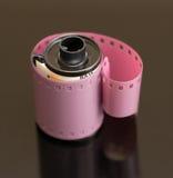 35mm影片罐和被盘绕的负的 库存图片