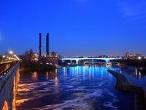 35w桥梁在河的米尼亚波尼斯misssissippi 库存照片