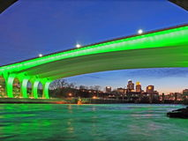 35w桥梁黄昏高速公路米尼亚波尼斯 免版税库存图片