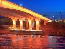 35w桥梁黄昏高速公路米尼亚波尼斯 免版税图库摄影