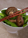 采蘑菇豌豆雪 库存照片