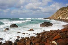38 волн скалы разбивая Стоковое фото RF