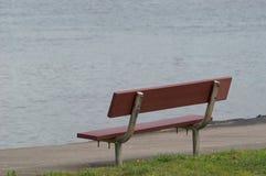 长凳边缘河s 图库摄影