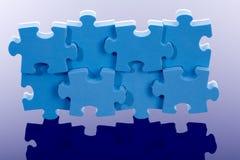 3D blauw raadsel op blauwe achtergrond. Stock Afbeeldingen