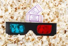 3D kaartjes en de popcorn van de glazenfilm Stock Afbeelding