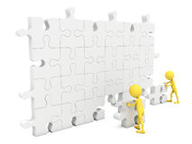 3d Men putting on a wall a piece missing Royalty Free Stock Photo