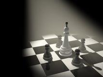 3d schaakkoning, die met vier panden wordt omringd Stock Fotografie