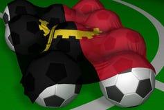 3D-teruggevend de vlag en de voetbal-ballen van Angola Stock Afbeeldingen