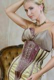4个古色古香的礼服妇女年轻人 免版税库存照片