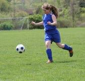 4个活动女孩青少年球员的足球 库存照片