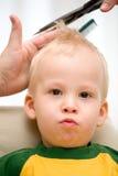 4个男孩剪切头发 库存照片