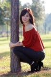 4个美丽的倾斜的结构树妇女年轻人 库存照片