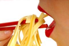 4吃的意大利面食妇女 免版税库存图片