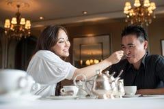 4对亚洲有吸引力的咖啡馆夫妇 库存照片