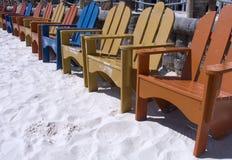 4张海滩睡椅 免版税库存照片