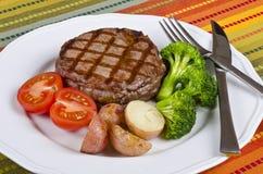 4烤牛肉服务的牛排蔬菜 库存照片
