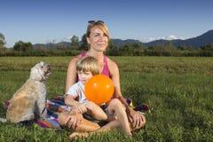 4逗人喜爱的母亲老儿子年新 免版税图库摄影