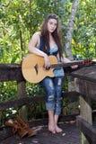 4青少年美丽的女孩的吉他 库存图片