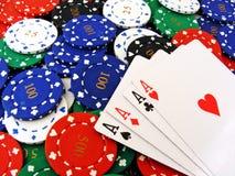 4 ás em microplaquetas de póquer Imagens de Stock