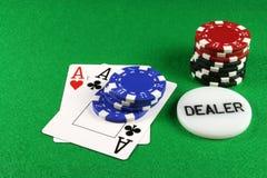 4 överdängarechiper parar poker Arkivbild
