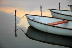 4 βάρκες ηρεμούν τη λίμνη Στοκ φωτογραφίες με δικαίωμα ελεύθερης χρήσης