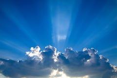 4 μπλε ηλιαχτίδες σύννεφω&nu Στοκ εικόνα με δικαίωμα ελεύθερης χρήσης