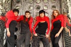 4 девушки смотря стоящее поднимающее вверх Стоковое фото RF